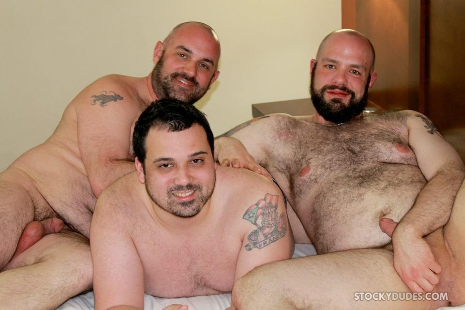 Stocky-Dude-Skotts-Sex-Tape-Threeway-Chubby-Guys-Bareback-Sex-Amateur-Gay-Porn-01 Amateur Chubby Bear Bareback Threesome With 2 Daddies and 1 Cub